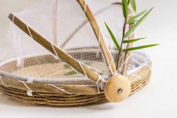 Bambusplatte mit Insekten-Schutzhaube, handgefertigt in Vietnam