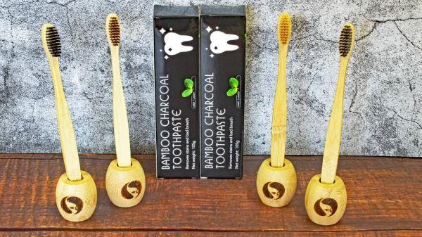 """Zahnpflege-Set """"Family""""(4 Zahnbürsten im Halter + 2 Bambus-Zahncreme)"""